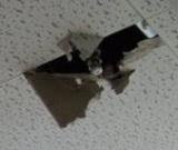 スプリンクラーが天井を破壊
